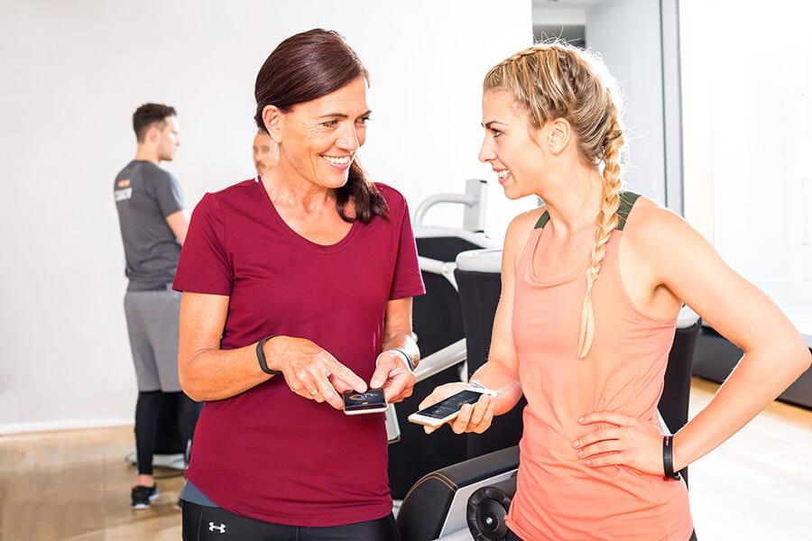 Frauen benutzen die Apps für den eGym Zirkel in Darmstadt