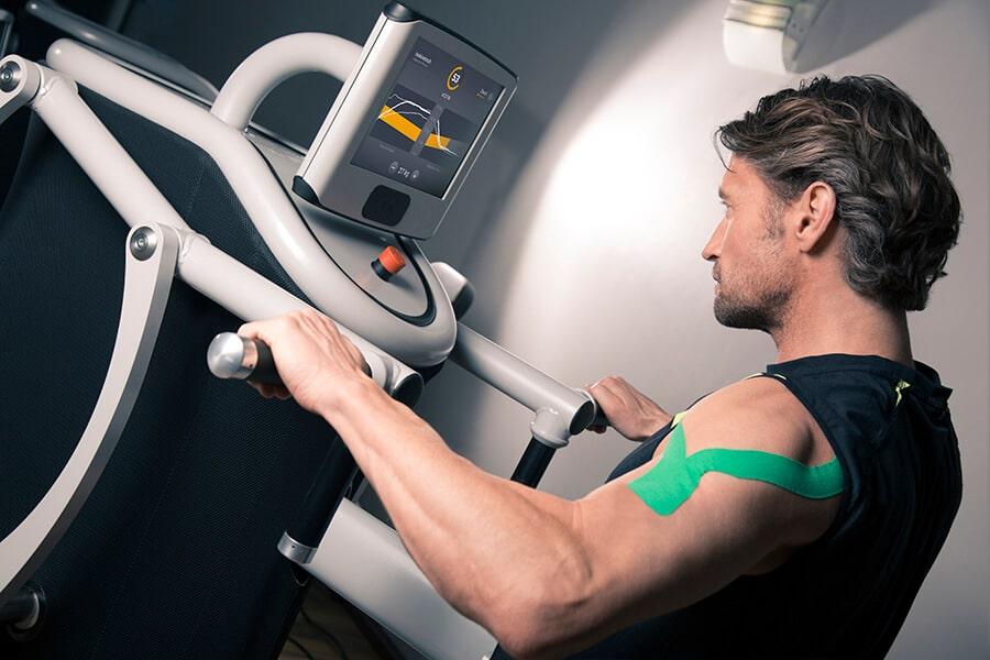 Mann trainiert im eGym Zirkel in Darmstadt