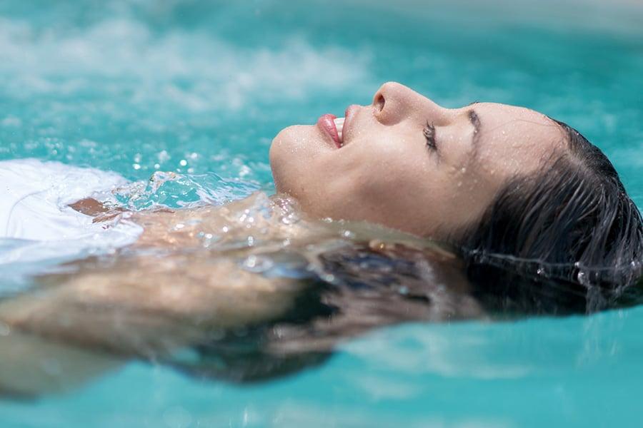 Schwimmen im Pool im Body Culture Fitnessstudio Darmstadt