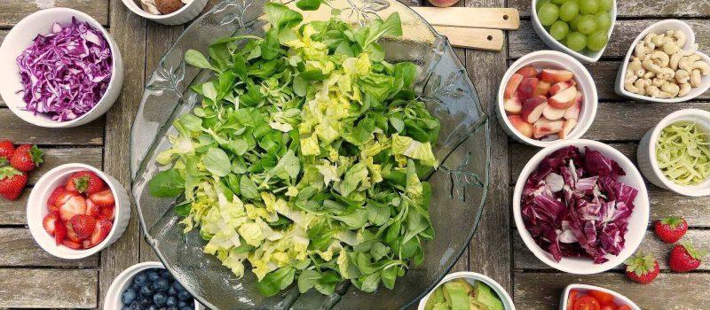 Salat Obst und Gemüse in Schüsseln für eine gesunde Ernährung