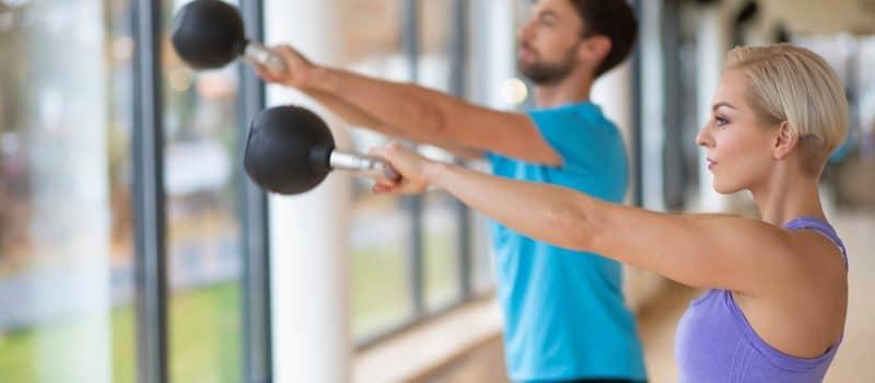 Ein Mann und eine Frau beim Training mit einer Kettlebell