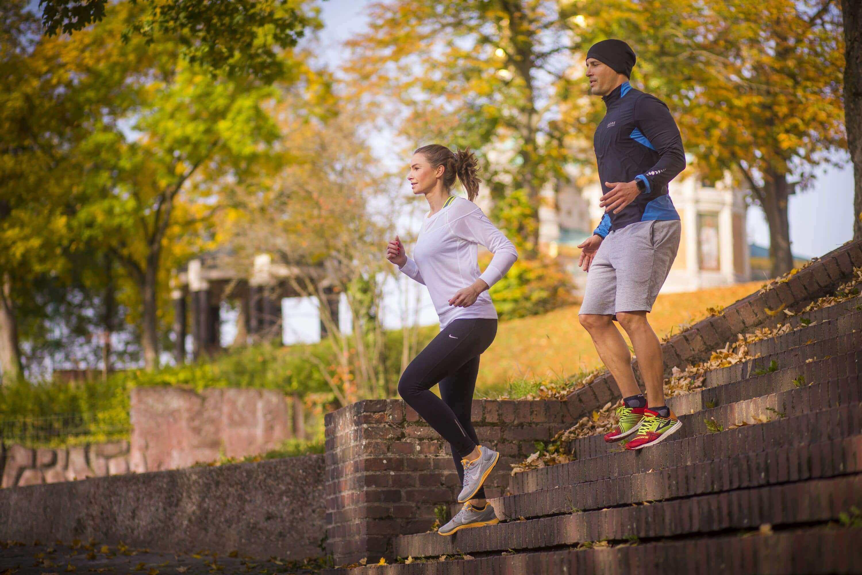 Mann und Frau beim outdoor fitness parcour in darmstadt