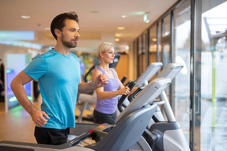 Mann und Frau beim Cardiotraining im Body Culture Fitnessstudio