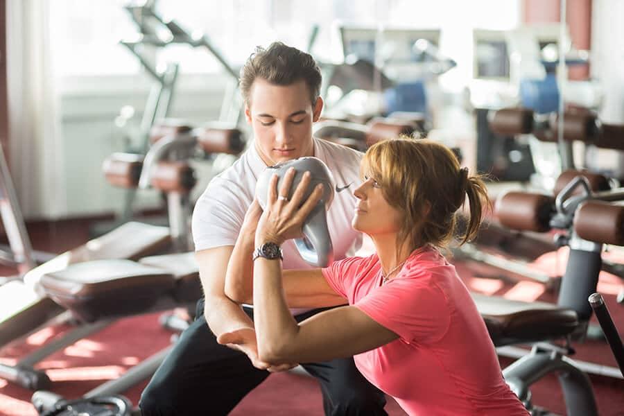 Mann und Frau beim Freeweight Training im Freihantelbereich Darmstadt
